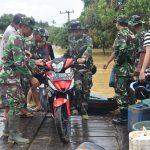 TNI dan Persit Korem 091/ASN Terjun Bantu Korban Banjir