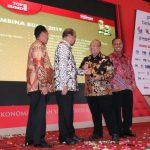 Sukses Bina PT BPR Kutim, Ismunandar Terima Award Pembina Top BUMD
