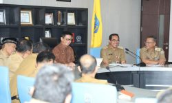 Rapat Staf, Gubernur Bahas Masalah Disiplin, Kebersihan, THR, hingga PAD