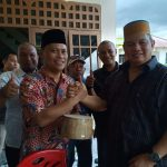 Sambangi Kediaman Hasan Basri, Kapolda Diberi Songkok Racca