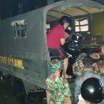 Prajurit Yonif 611/Awang Long Disiagakan Bantu Warga Korban Banjir Samarinda
