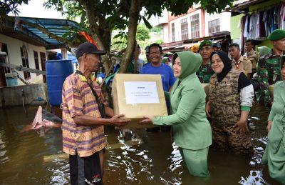 Peduli Korban Banjir, Persit Yonif 611 Terjun ke Air Guna Salurkan Bantuan