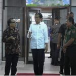 Presiden Jokowi Jenguk B.J. Habibie di CICU RSPAD