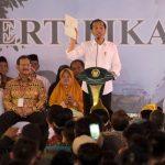 Presiden Jokowi Serahkan 3.000 Sertifikat Tanah di Kalbar