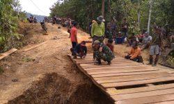 Babinsa Long Apari Bangun Jembatan untuk Petani