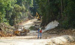 Badan Jalan Menuju Kampung Teluk Sumbang Dibenahi