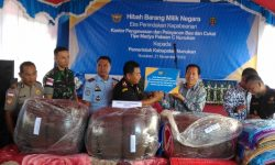 KPPBC Nunukan Hibahkan 1.818 Karpet dan 228 Sajadah ke Pemkab