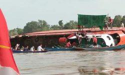 LCT Terbalik di Sungai di Kukar, 6 Ekskavator Karam