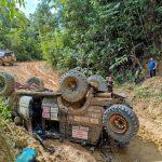 Kendaraan Rombongan Jelajah Borneo Terbalik di Gunung Selukut