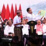 Presiden Jokowi Serahkan 2.500 Sertifikat Hak Atas Tanah untuk Rakyat di Labuan Bajo