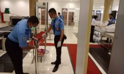 Penyemprotan Desinfektan, Upaya Lain Bandara APT Pranoto Cegah Covid-19