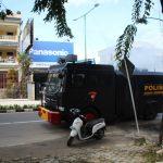 Brimob Kaltara Semprotkan Disinfektan di Sepanjang Jalan Protokol di Tarakan