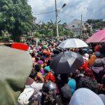 Ribuan Orang Berjejal Antre Sembako di Rumah Gubernur Isran di Masa Pandemi Corona