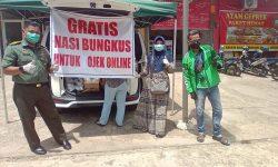Anggota Denkesyah Samarinda Berbagi Makan Siang Gratis dengan Driver Ojol
