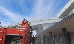 Semua Sisi Bangunan Terminal Bandara APT Pranoto Didisinfeksi