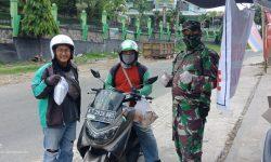 Peduli Ojol, Prajurit TNI Bagikan Nasi Bungkus Gratis