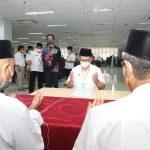 Gubernur Kaltara Serahkan Zakat ke Baznas dan THR bagi ASN