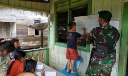 Jadi Tenaga Pengajar, Prajurit Satgas Pamtas Yonif 623/BWU Datangi Rumah Warga