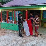 Meriahkan HUT RI, Satgas Pamtas Yonif 623/BWU Bagikan Bendera di Perbatasan Malaysia