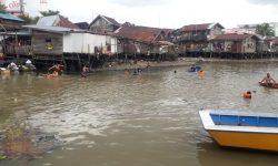 Dikejar Polisi, Warga Samarinda Melompat ke Sungai Karang Mumus