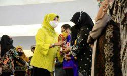Hj Norbaiti Serahkan Langsung Dekranasda Kaltim Award