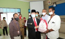 Teguh Serahkan Bantuan Presiden ke Korban Tanah Longsor