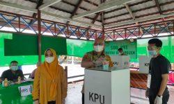 Plt Bupati Berikan Hak Pilih di TPS 02