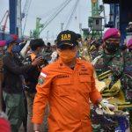 KRI Parang Evakuasi Serpihan Pesawat dan Body Part