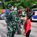 Humanis, Jenderal TNI di Samarinda Pakaikan Masker ke Anak-anak