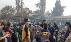 TNI-Polri Bantu Warga Bersihkan Puing Sisa Kebakaran di Pasar Citra Mas Loktuan Bontang