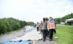 Kakorlantas Cek Jalan Tol Amblas di KM 122 Cipali
