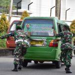 Cerita Prajurit Korem 091/ASN Dorong Angkot Mogok Saat Bagi Masker