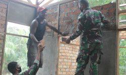 Akrabnya Yonif 611/Awl Bantu Warga Perbatasan RI-PNG Wujudkan Rumah Layak Huni