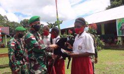 Peduli TNI Bagi Anak Bangsa, Tas Sekolah & Alat Tulis Disalurkan Kepada Pelajar Papua