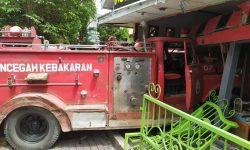 Truk Damkar di Samarinda Seruduk Toko, Dua Petugas Terluka