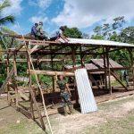 Delapan Wajib TNI, Satgas Yonif 611/Awang Long Bantu Bedah Rumah Warga di Papua