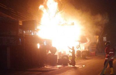 Bengkel di Samarinda Ditinggal Pemiliknya Mudik Terbakar, Dua Petugas Damkar Terluka