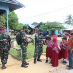 Satgas Pamtas Yonarhanud 16/SBC Bagikan Buku dan Tas Sekolah di Desa Binusan Dalam