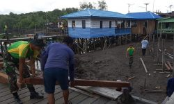 Satgas Pamtas Yonarhanud 16/SBC Bersama Masyarakat Bangun Masjid di Desa Sekaduyan Taka