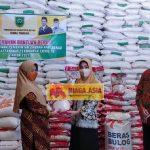Masyarakat Dua Kelurahan Dapat Beras Bantuan Terdampak COVID-19