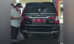 Viral Video Mobil Dinas di Kaltara Ganti Nopol Saat Isi BBM, Ditonton 1,4 Juta Kali