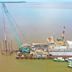 PHM Uji Coba Pemancangan Pipa Pengeboran Buatan Produsen Nasional di Delta Mahakam