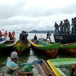Naik KRI Layang, TNI AL Nunukan Berbagi Sembako kepada Nelayan