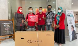 Tukar Poin, Pelanggan Telkomsel di Tarakan Raih Sepeda Listrik Program Rezeki POIN OMG!